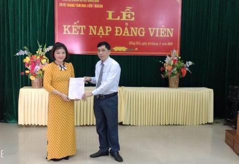 Đồng chí Đậu Mạnh Hoàn - Bí thư chi bộ TTHL trao quyết định kết nạp Đảng viên cho đồng chí Cao Thị Bích Hồng